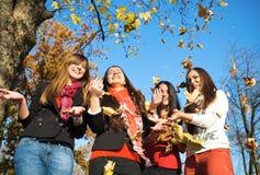 ευτυχές πάρκο κοριτσιών όμ Στοκ φωτογραφία με δικαίωμα ελεύθερης χρήσης