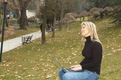 ευτυχές πάρκο κοριτσιών Στοκ Φωτογραφία