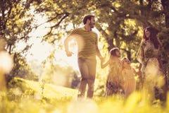 Ευτυχές πάρκο πόλεων γουρνών οικογενειακού περπατήματος Στοκ Εικόνα