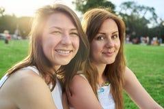ευτυχές πάρκο φίλων στοκ εικόνα με δικαίωμα ελεύθερης χρήσης