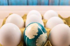 Ευτυχές Πάσχα, ένα οργανικό μπλε αυγό Πάσχας που στέκεται στη μέση των άσπρων αυγών, διακοσμήσεις διακοπών Πάσχας, έννοια Πάσχας Στοκ Εικόνες