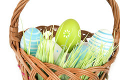 Ευτυχές Πάσχα - λίγα αυγά στο ξύλινο καλάθι με μια χλόη στο άσπρο υπόβαθρο Στοκ φωτογραφίες με δικαίωμα ελεύθερης χρήσης