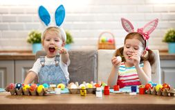 Ευτυχές Πάσχα! αυγά χρωμάτων παιδιών στοκ φωτογραφίες με δικαίωμα ελεύθερης χρήσης