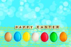 Ευτυχές Πάσχα, λέξη που γράφεται στους ξύλινους φραγμούς στο μπλε υπόβαθρο με τα πολύχρωμα αυγά Πάσχας διάστημα αντιγράφων τοποθε απεικόνιση αποθεμάτων