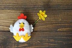 Ευτυχές Πάσχα: Λουλούδι άνοιξη εκμετάλλευσης παιχνιδιών κοτόπουλου Στοκ Εικόνες