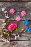 Ευτυχές Πάσχα με τα αυγά και τα λουλούδια άνοιξη Στοκ φωτογραφία με δικαίωμα ελεύθερης χρήσης