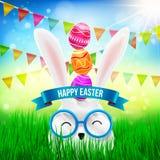 Ευτυχές Πάσχα με το άσπρα λαγουδάκι και τα αυγά Πάσχας στο κεφάλι Στοκ φωτογραφία με δικαίωμα ελεύθερης χρήσης