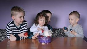 Ευτυχές Πάσχα, παιδιά και λαγουδάκι απόθεμα βίντεο