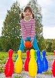 Ευτυχές παίζοντας μπόουλινγκ μικρών κοριτσιών Στοκ φωτογραφίες με δικαίωμα ελεύθερης χρήσης