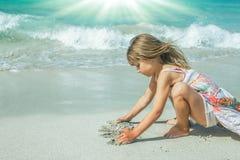 Ευτυχές παιδί από τα παιχνίδια θάλασσας στη φύση στοκ φωτογραφία με δικαίωμα ελεύθερης χρήσης
