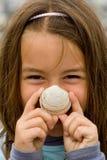 Ευτυχές παιδί με ένα θαλασσινό κοχύλι στοκ εικόνες με δικαίωμα ελεύθερης χρήσης