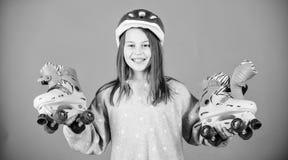 Ευτυχές παιδί με τα σαλάχια κυλίνδρων freestyle r Μικρό κορίτσι Υγεία και ενέργεια ικανότητας φυλή workout του εφήβου στοκ φωτογραφία με δικαίωμα ελεύθερης χρήσης