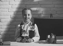 Ευτυχές παιδί που έχει τη διασκέδαση Παιδί στην τάξη στο άσπρο υπόβαθρο τουβλότοιχος Στοκ Φωτογραφίες