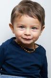 Ευτυχές παιδί που κοιτάζει επίμονα στη κάμερα Στοκ Εικόνες