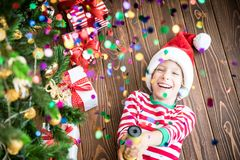Ευτυχές παιδί στη Παραμονή Χριστουγέννων Στοκ Φωτογραφία