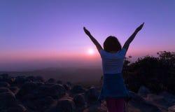Ευτυχές παιδί στο βουνό στο υπόβαθρο ηλιοβασιλέματος Στοκ φωτογραφία με δικαίωμα ελεύθερης χρήσης