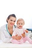 ευτυχές παιδιατρικό πορτρέτο γιατρών μωρών Στοκ εικόνα με δικαίωμα ελεύθερης χρήσης