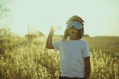 Ευτυχές παιχνίδι αγοριών για να είναι πειραματικός, αστείος τύπος αεροπλάνων με τον αεροπόρο γ Στοκ Φωτογραφίες