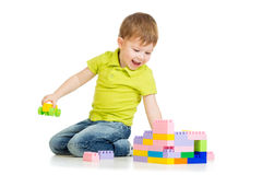 Ευτυχές παιχνίδι αγοριών παιδιών με το σύνολο κατασκευής Στοκ φωτογραφία με δικαίωμα ελεύθερης χρήσης