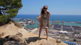 Ευτυχές παιχνίδι γυναικών με το πετώντας φόρεμά της ενάντια στην μπλε θάλασσα, Βαρκελώνη απόθεμα βίντεο