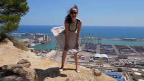 Ευτυχές παιχνίδι κοριτσιών γέλιου με το πετώντας φόρεμά της όπως τη Μέριλιν Μονρόε απόθεμα βίντεο
