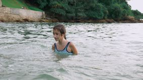 Ευτυχές παιχνίδι κοριτσιών εφήβων στη θάλασσα ευθυμίες κοριτσιών ευτυχώς στην παραλία Θερινές διακοπές και ενεργός έννοια τρόπου  απόθεμα βίντεο