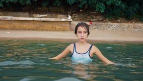 Ευτυχές παιχνίδι κοριτσιών εφήβων στη θάλασσα ευθυμίες κοριτσιών ευτυχώς στην παραλία Θερινές διακοπές και ενεργός έννοια τρόπου  φιλμ μικρού μήκους