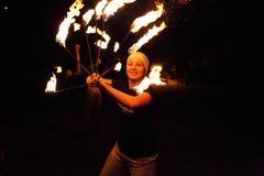 Ευτυχές παιχνίδι κοριτσιών ζογκλέρ με τη φωτιά Στοκ Φωτογραφία