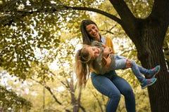 Ευτυχές παιχνίδι μητέρων με την κόρη στη φύση Στοκ Εικόνες