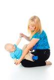 Ευτυχές παιχνίδι μητέρων με το μωρό της Στοκ φωτογραφία με δικαίωμα ελεύθερης χρήσης