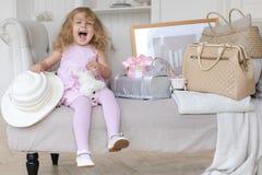 Ευτυχές παιχνίδι μικρών κοριτσιών με μια αναδρομική βαλίτσα Στοκ Φωτογραφίες