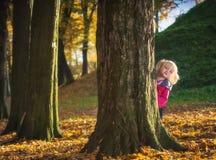 Ευτυχές παιχνίδι μικρών κοριτσιών στο πάρκο φθινοπώρου Στοκ Φωτογραφία