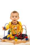 Ευτυχές παιχνίδι αγοριών μικρών παιδιών με το ξύλινο παιχνίδι στοκ εικόνα με δικαίωμα ελεύθερης χρήσης