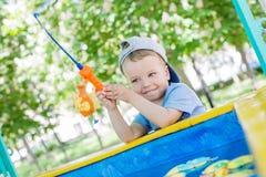 Ευτυχές παιχνίδι αγοριών μικρών παιδιών Στοκ φωτογραφίες με δικαίωμα ελεύθερης χρήσης