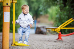 Ευτυχές παιχνίδι αγοριών στο υπαίθριο πάρκο ικανότητας Στοκ Φωτογραφίες
