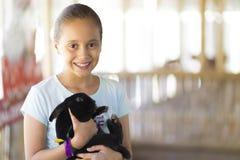 Ευτυχές παιχνίδι κοριτσιών με το κουνέλι Στοκ εικόνα με δικαίωμα ελεύθερης χρήσης