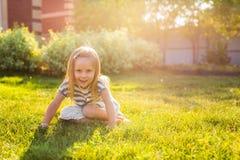 Ευτυχές παιχνίδι κοριτσιών παιδιών στο λιβάδι το καλοκαίρι στη φύση στοκ εικόνα με δικαίωμα ελεύθερης χρήσης