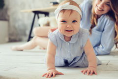 Ευτυχές παιχνίδι μητέρων και μωρών στο σπίτι στην κρεβατοκάμαρα Στοκ εικόνα με δικαίωμα ελεύθερης χρήσης