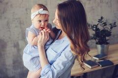 Ευτυχές παιχνίδι μητέρων και μωρών στο σπίτι στην κρεβατοκάμαρα Στοκ Εικόνες