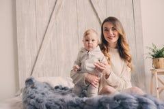 Ευτυχές παιχνίδι μητέρων και μωρών στο σπίτι στην κρεβατοκάμαρα Άνετος οικογενειακός τρόπος ζωής Στοκ Εικόνες
