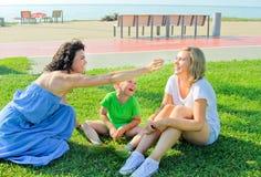 Ευτυχές παιχνίδι μητέρων με τα παιδιά της Tickling η κόρη και ο κοντινός smilling γιος της Στοκ φωτογραφία με δικαίωμα ελεύθερης χρήσης