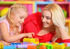 Ευτυχές παιχνίδι μητέρων με την κόρη της στο σχεδιαστή Στοκ φωτογραφίες με δικαίωμα ελεύθερης χρήσης