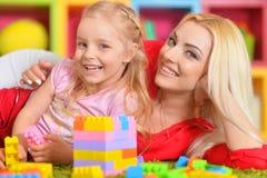 Ευτυχές παιχνίδι μητέρων με την κόρη της στο σχεδιαστή Στοκ φωτογραφία με δικαίωμα ελεύθερης χρήσης