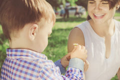 Ευτυχές παιχνίδι μητέρων με το γιο μικρών παιδιών της στο πάρκο Στοκ εικόνα με δικαίωμα ελεύθερης χρήσης