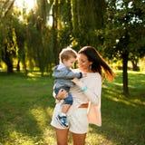 Mum και γιος στο πάρκο Στοκ Φωτογραφία