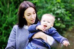 Ευτυχές παιχνίδι μητέρων με το γιο της στο πάρκο στοκ φωτογραφία με δικαίωμα ελεύθερης χρήσης
