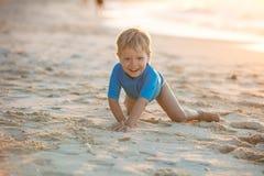 Ευτυχές παιχνίδι μικρών παιδιών στην παραλία Στοκ εικόνες με δικαίωμα ελεύθερης χρήσης