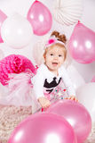 Ευτυχές παιχνίδι μωρών με τα μπαλόνια στοκ εικόνες