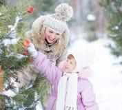Ευτυχές παιχνίδι οικογενειακών μητέρων και παιδιών με στοκ φωτογραφία με δικαίωμα ελεύθερης χρήσης