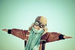 Ευτυχές παιχνίδι παιδιών με το αεροπλάνο παιχνιδιών Στοκ Φωτογραφία